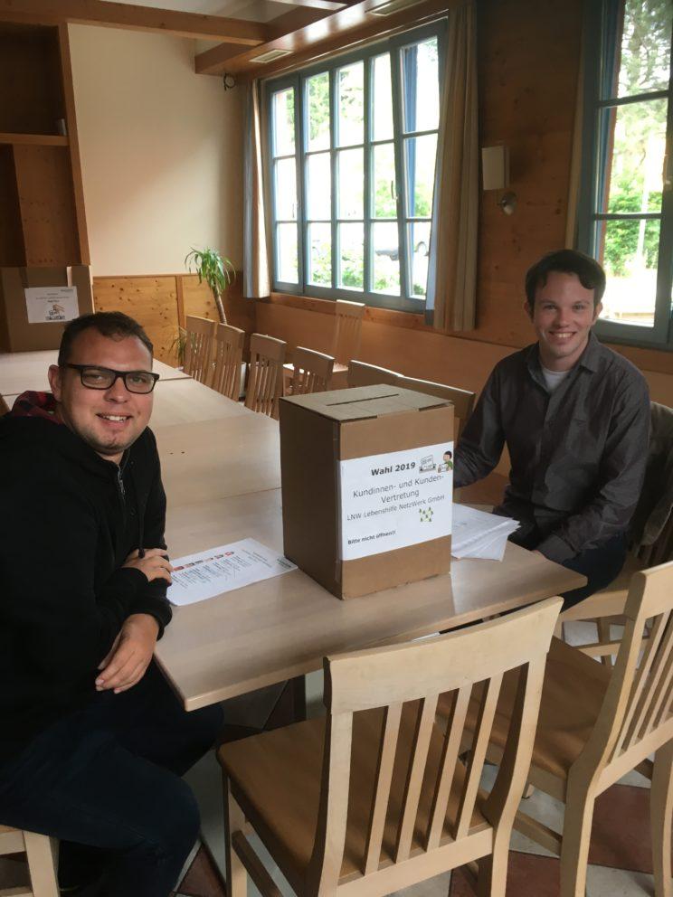Wahlhelfer li. Köhler, re. Nagler mit Wahlurne