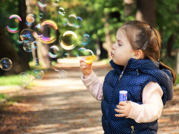 Kind mit Seifenblasen